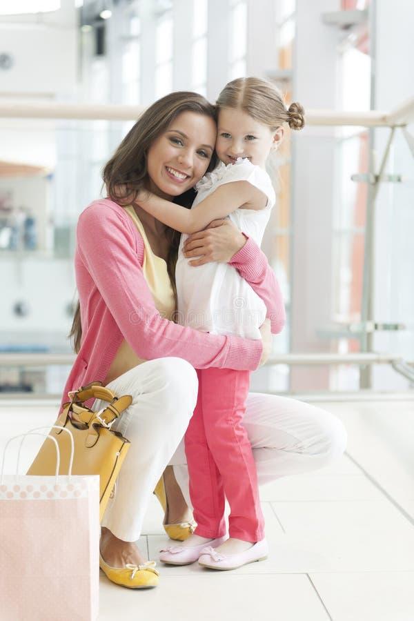 Krama för moder och för dotter royaltyfri foto
