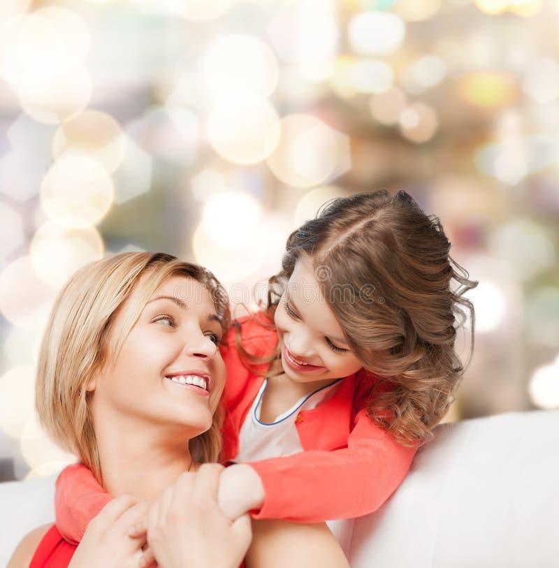 Krama modern och dottern arkivfoton