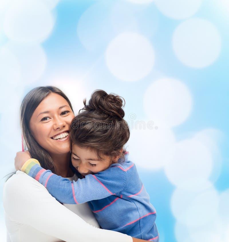 Krama modern och dottern royaltyfri fotografi