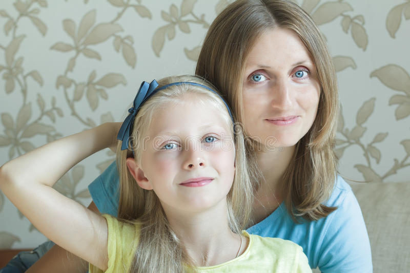 Krama modern och hennes familjstående för tonårs- dotter arkivbild