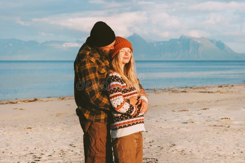 Krama par på stranden som tillsammans reser fotografering för bildbyråer