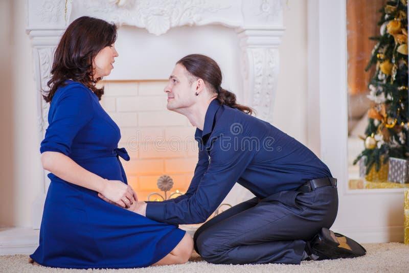 Kramar gravida par fotografering för bildbyråer