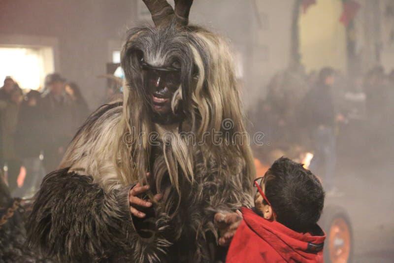 Krampus με ένα μικρό παιδί στοκ φωτογραφία