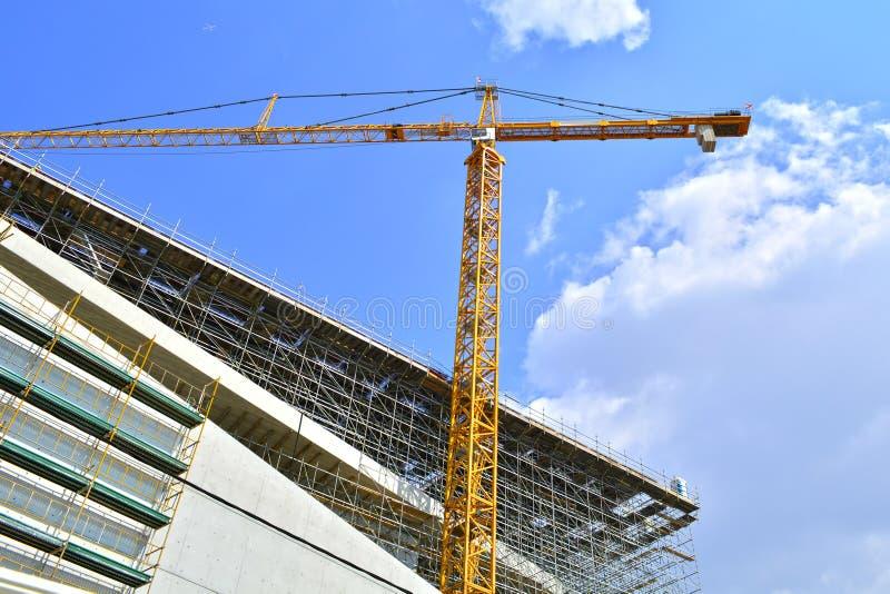 Kran auf einer Baustelle lizenzfreies stockfoto