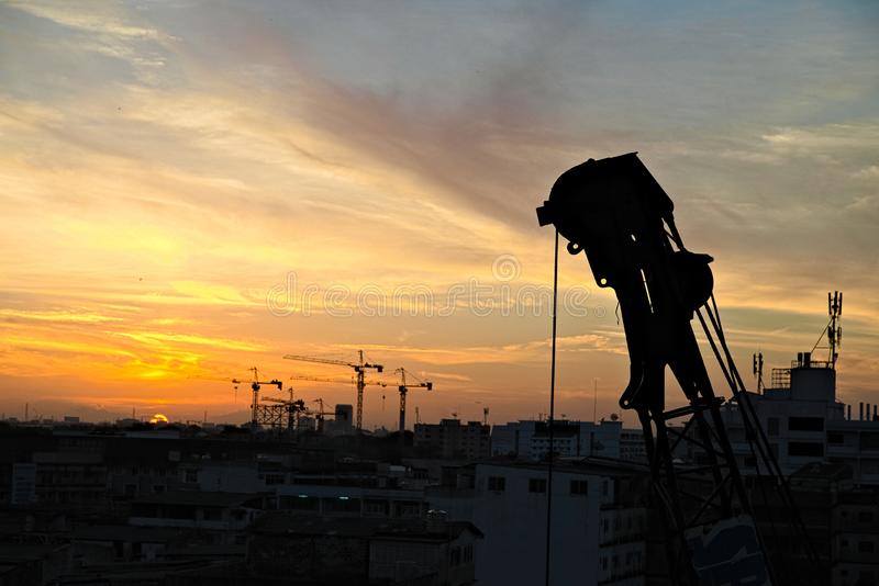 Kran bereit, nach Sonnenaufgang zu arbeiten stockbild