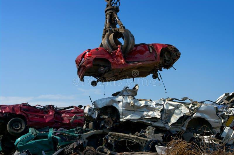 Kran, der Auto aufhebt lizenzfreies stockbild