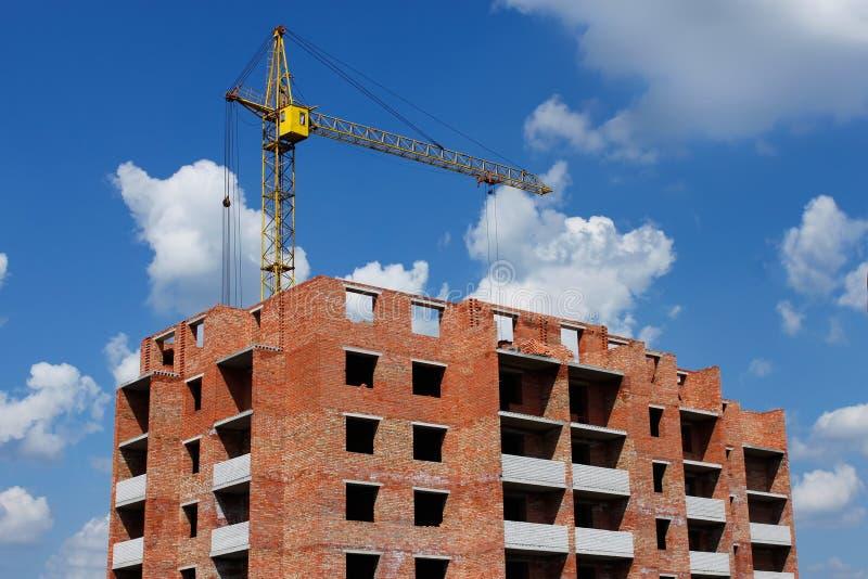 kran för byggnadskonstruktion arkivbild