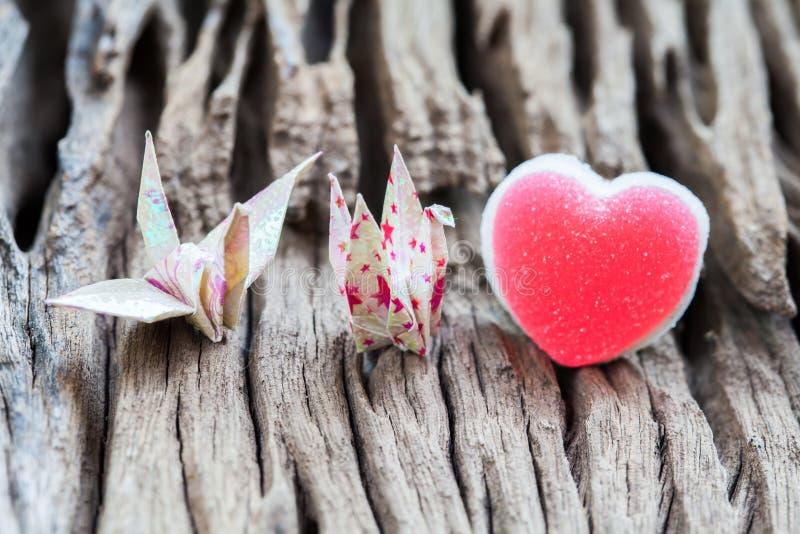 Kran och hjärta för origamiparpapper royaltyfri fotografi
