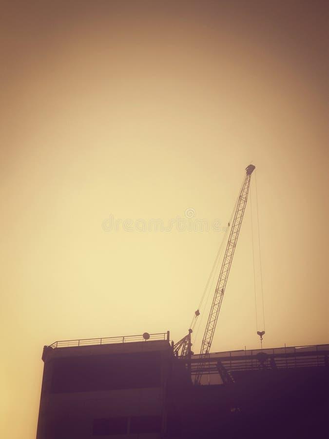 Download Kran och oavslutad byggnad fotografering för bildbyråer. Bild av metall - 37349275