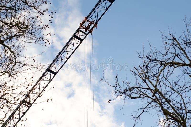 Kran som fungerar över träd arkivfoton