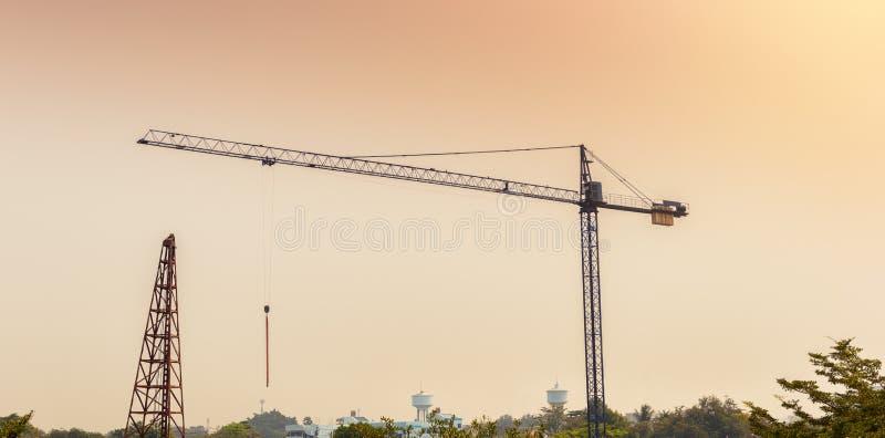 Kran und Arbeitskräfte an der Baustelle lizenzfreie stockfotos