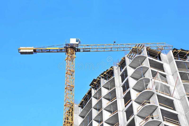 Kran und Baustelle lizenzfreies stockbild