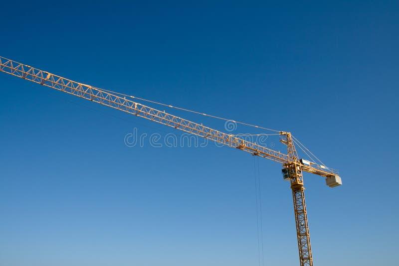 Kran und blauer Himmel stockbilder