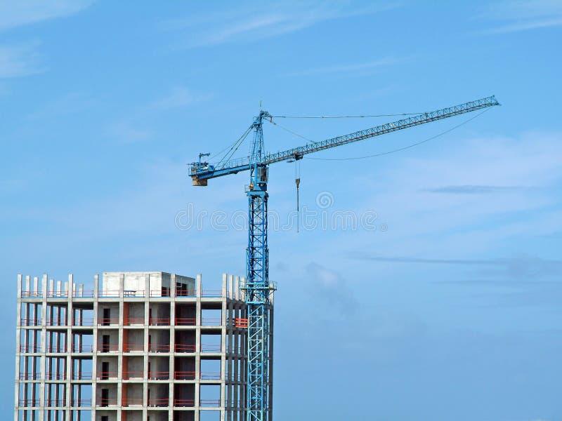 Kran und Gebäude lizenzfreies stockfoto
