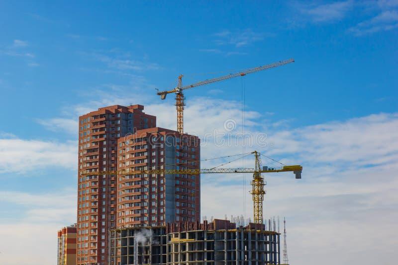Kran und Hochbausite gegen blauen Himmel lizenzfreies stockfoto