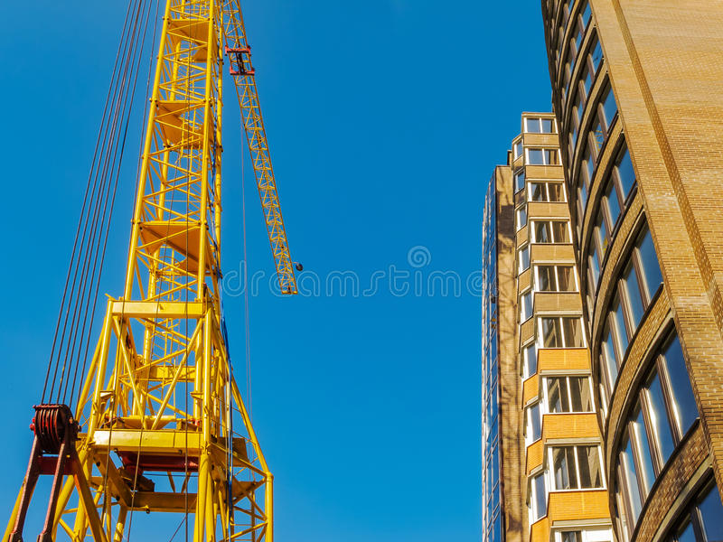 Kran und Hochbausite gegen blauen Himmel lizenzfreie stockfotografie