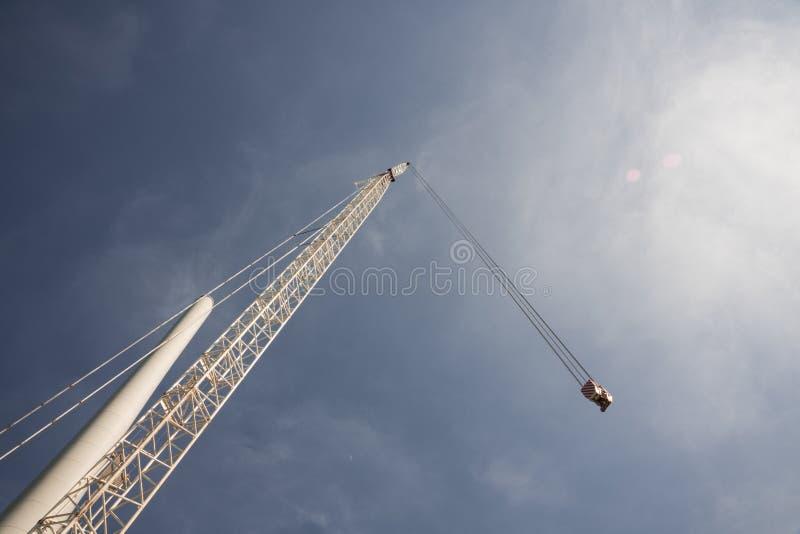 Kran und Pfosten der Windmühle, gegen blauen sonnigen Himmel lizenzfreies stockbild