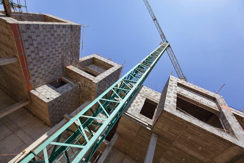 Kran und unfertige Wohnungen - Baustelle stockfotos