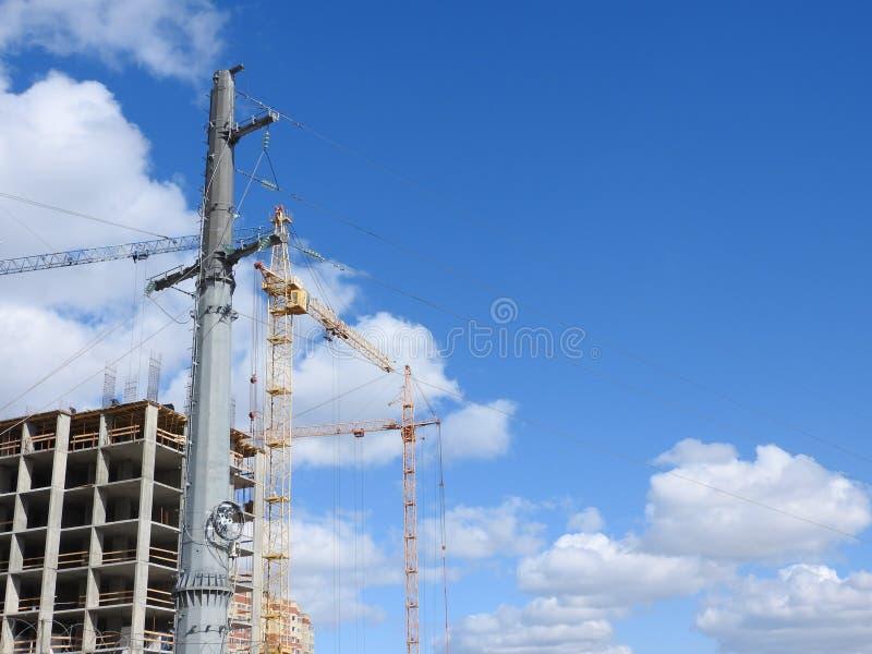 Kranar för konstruktionsplats, arbete på konstruktionen av huset royaltyfria bilder