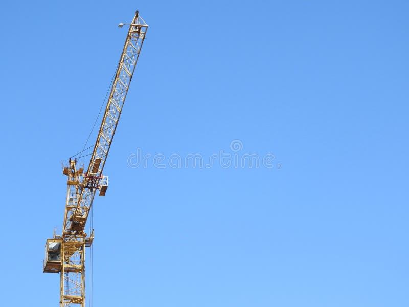 Kranar för konstruktionsplats, arbete på konstruktionen av huset arkivbild