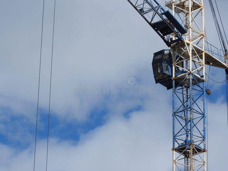 Kranar för konstruktionsplats, arbete på konstruktionen av huset fotografering för bildbyråer