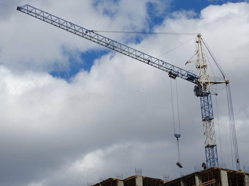 Kranar för konstruktionsplats, arbete på konstruktionen av huset royaltyfri foto