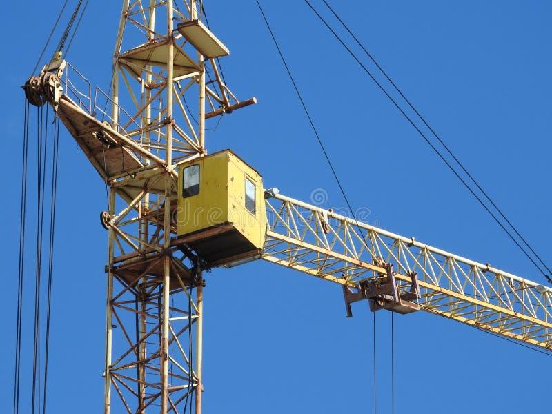 Kranar för konstruktionsplats, arbete på konstruktionen av huset royaltyfri bild