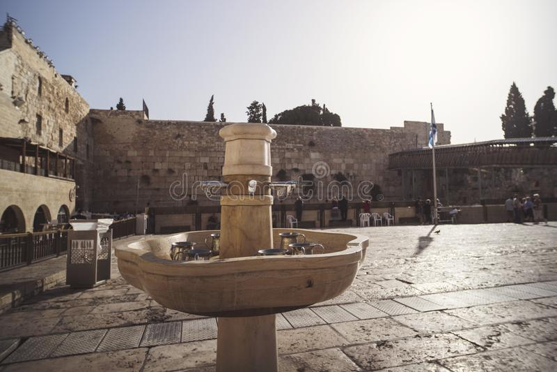 Kranar med vatten och speciala rituella koppar för tvättande händer nära den västra väggen, en viktig judisk religiös plats Jerus arkivfoto