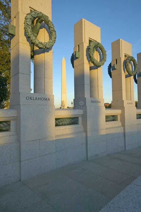 Kranar på U S Minnesmärke för världskrig II, Washington D C och den nationella monumentet royaltyfri fotografi
