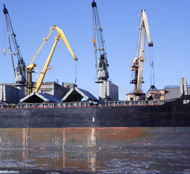 kranar som fyller på shipen arkivfoto