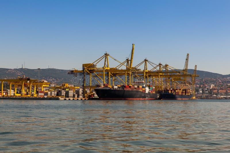 Kranbrücke in der Werft lizenzfreie stockfotografie