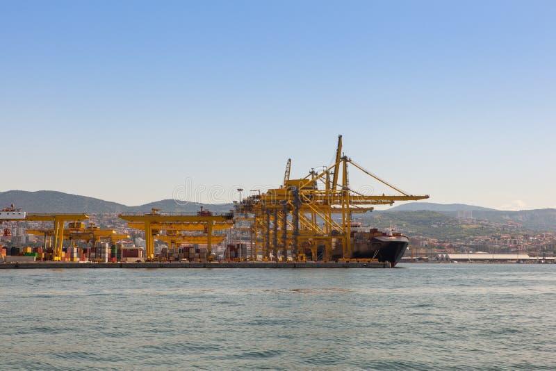 Kranbrücke in der Werft lizenzfreie stockfotos