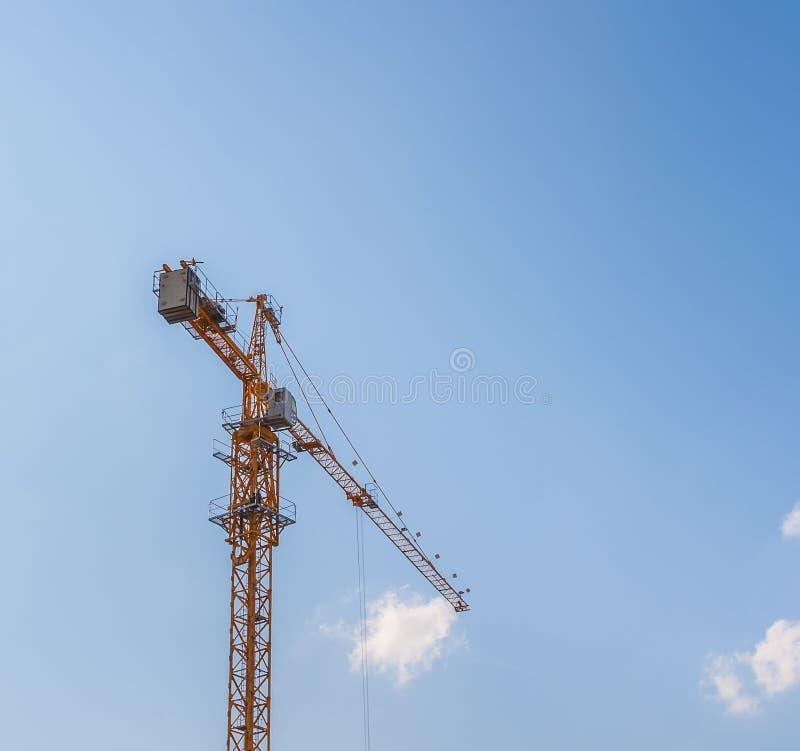 Download Kranen bij een bouwwerf stock foto. Afbeelding bestaande uit bladeren - 29510388