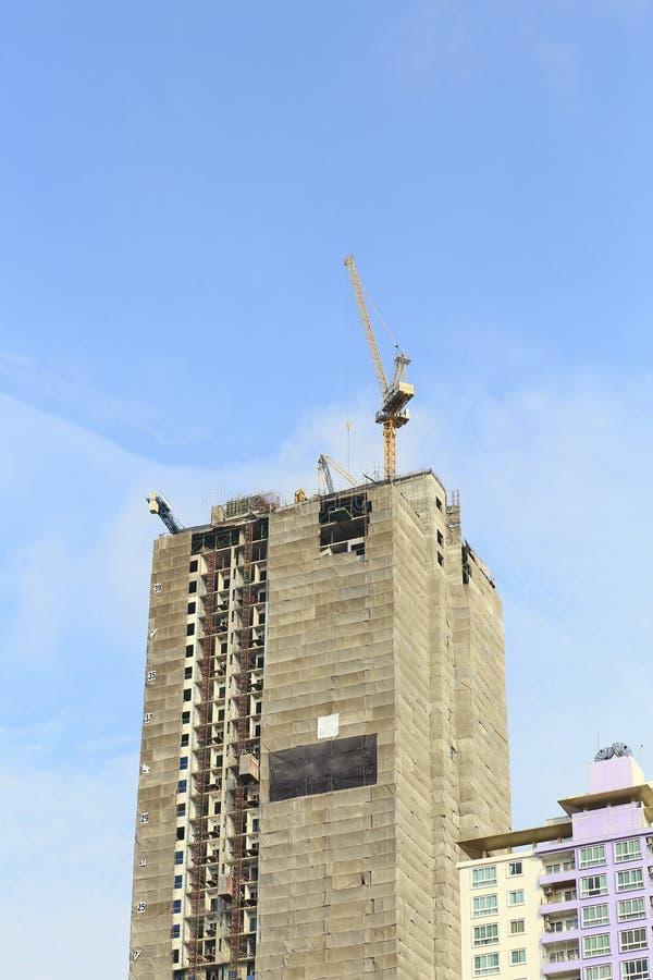 Kranen in bouwwerf met blauwe hemel royalty-vrije stock foto
