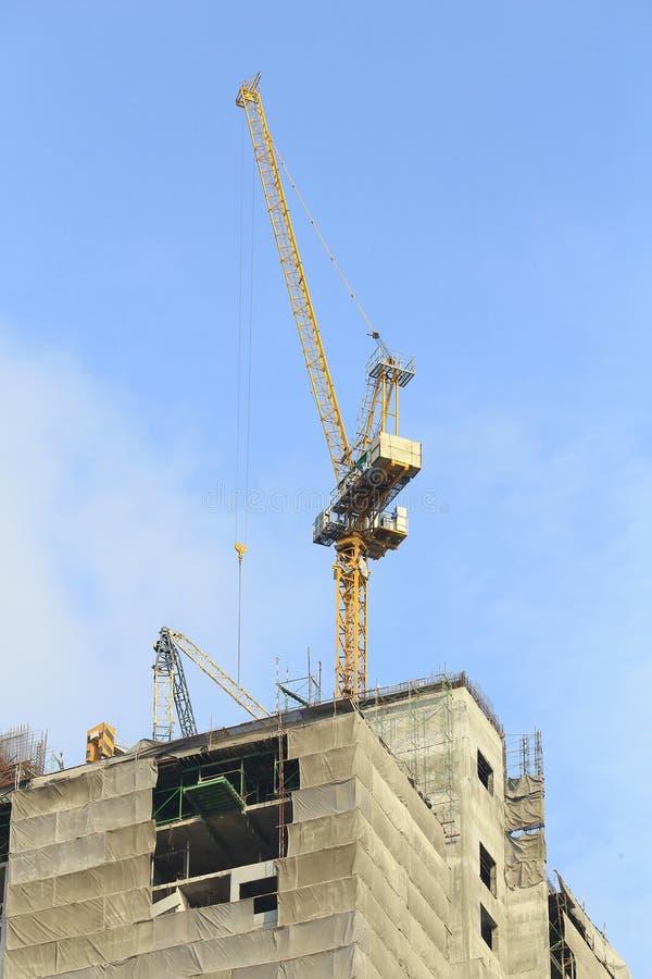 Kranen in bouwwerf met blauwe hemel royalty-vrije stock fotografie