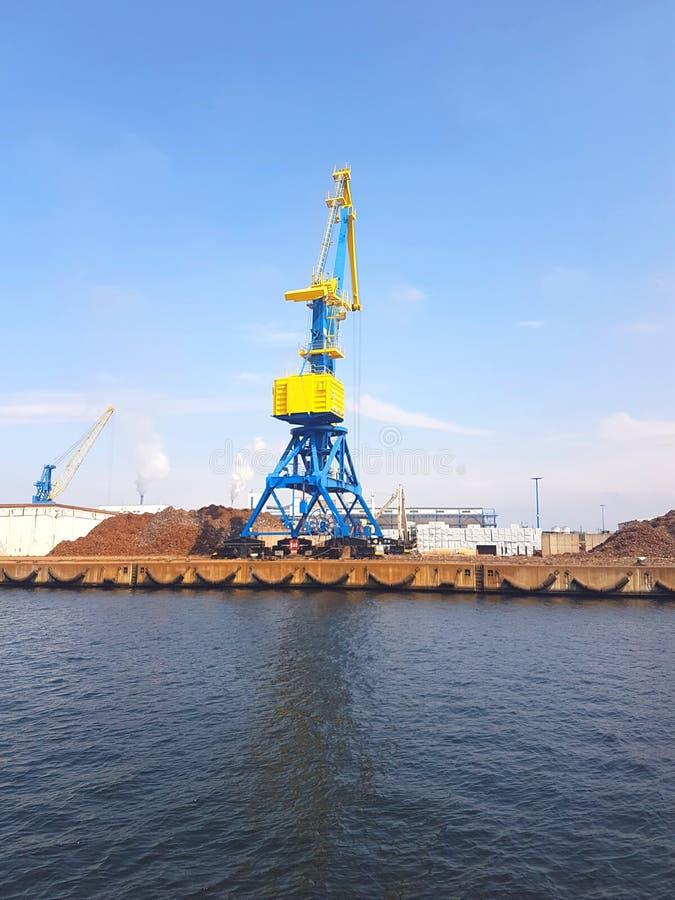 Kranen in de Haven van Wismar stock afbeelding