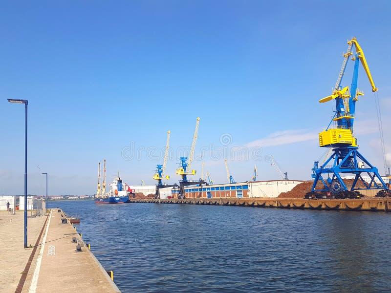 Kranen in de Haven van Wismar stock foto