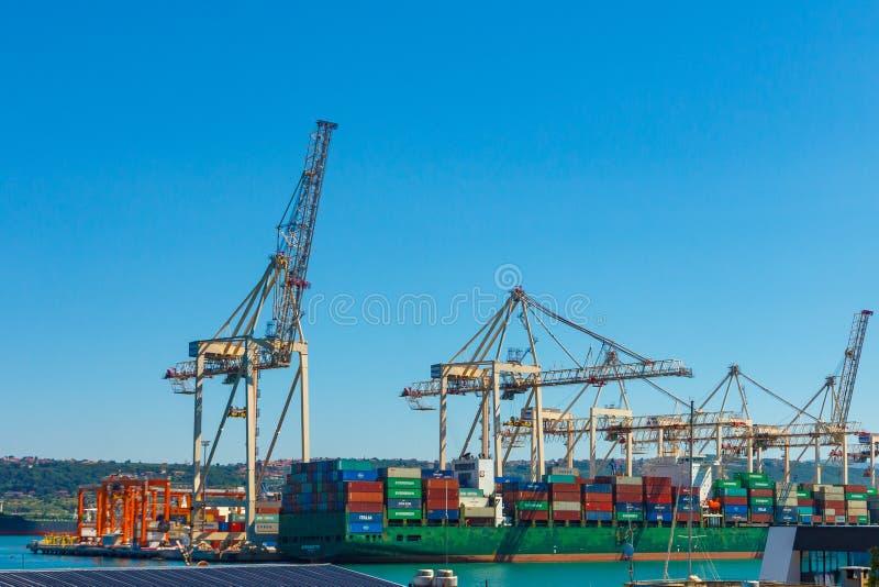 Kranen die een schip in een haven leegmaken E 07 2019 stock foto