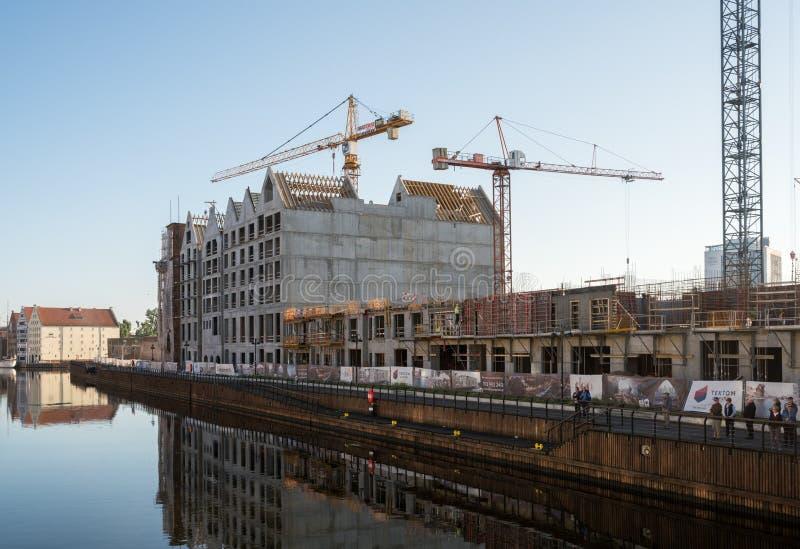 Kranen die nieuwe flats oprichten dichtbij oude stad Gdansk royalty-vrije stock foto
