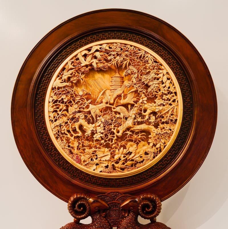 Kranen en pijnbomen, het Chinese woodcarving, symblolizing levensduur van p stock afbeelding