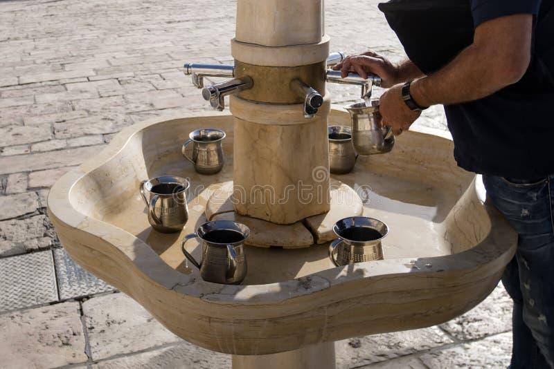 Kranen met water en speciale rituele Koppen voor washanden naast de Westelijke Muur in Jeruzalem israël de mensen wassen royalty-vrije stock afbeelding