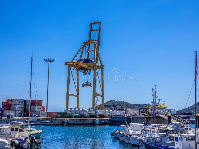 Kranen in Overzeese ladingshaven Cartagena, Spanje stock afbeeldingen