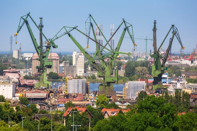 Kranen van de scheepswerf in Gdansk stock foto's