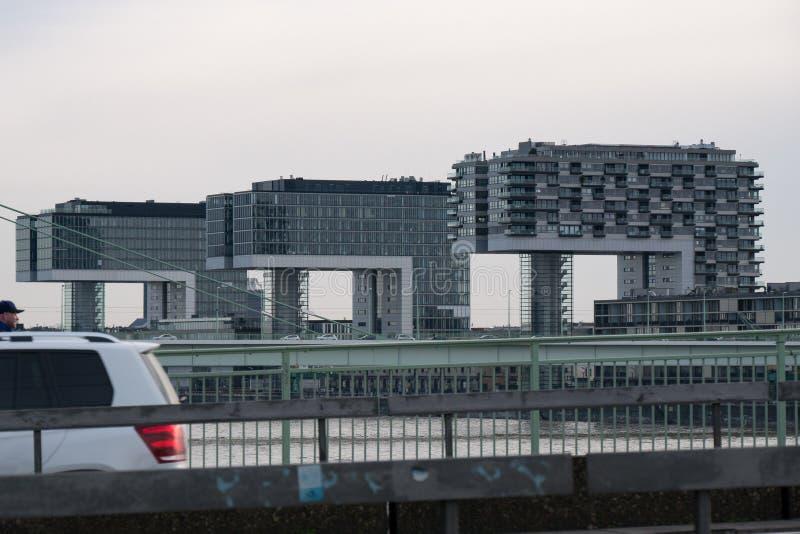 Kranhaus l сформировало многоквартирные дома в Кёльне, Германии, обозревая Рейн стоковые фотографии rf