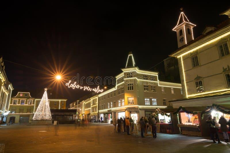 KRANJ, ESLOVÊNIA - 29 DE DEZEMBRO DE 2015: Noite romântica de dezembro do advento com iluminação da decoração do Natal em Kranj Á fotografia de stock royalty free