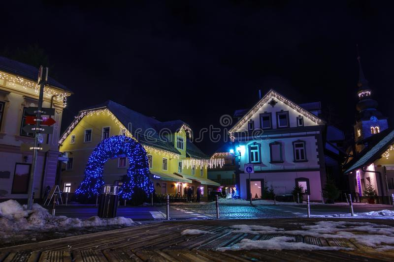 Kranjska Gora Christmas Decorated Square, alpin by vid natt royaltyfria bilder