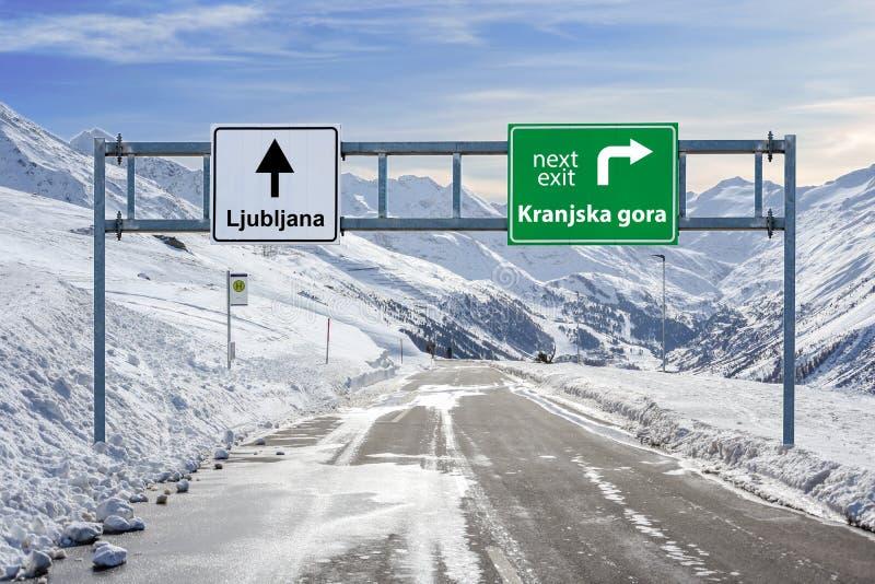 Kranjska gora i Ljubljana Slovenia grodzki drogowy duży znak z mnóstwo nieba tłem śniegu i góry obraz stock