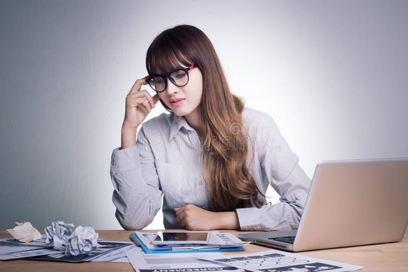 Krank, betont und ermüdet glauben Junge Geschäftsfrau des Druckes stockbild