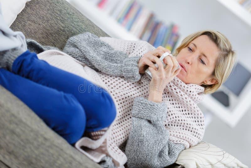 Kranke ältere Frau mit Tee stockbilder