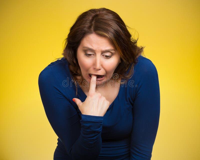 Kranke Frau, die Finger in der Kehle, erbrechend haftet stockbild